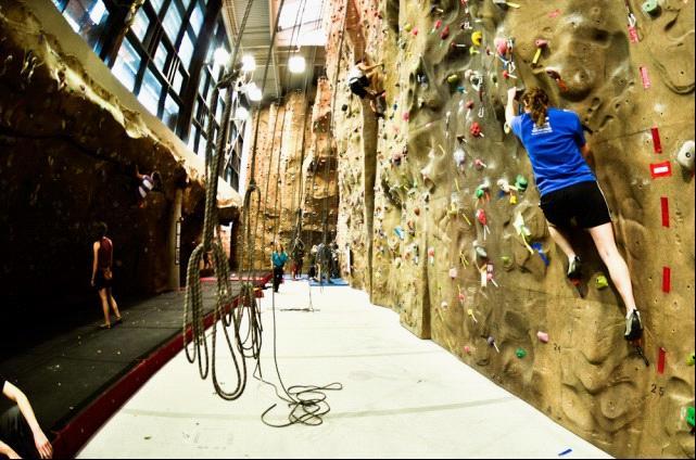 在美国大西华运动中心建造有一座惠特曼室外攀岩墙,这里的攀岩墙在2009年的时候只对专们的客户开放,类似于会员制度,除了节假日,客人都特别少。今年,该运动中心改变了营销策略,将攀岩墙对外开放,无论是学生还是上班族,任何人在支付一定费用后,都可以享受这座攀岩墙。   随着攀岩运动的兴起,越来越多的人喜欢这项极限运动。商家看准机会,适当作政策调整,逐渐向大众普及,不仅仅有钱人可以玩,平民老百姓也可以玩。自从攀岩墙对外开放后,每天运动中心都会迎来很多的客人。有的是专业的攀岩者聚在这里进行比赛,有的是家庭一起来